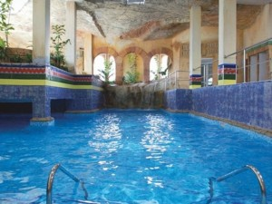 8 hoteles con piscina cubierta para familias numerosas en la Costa de Almería y Tropical