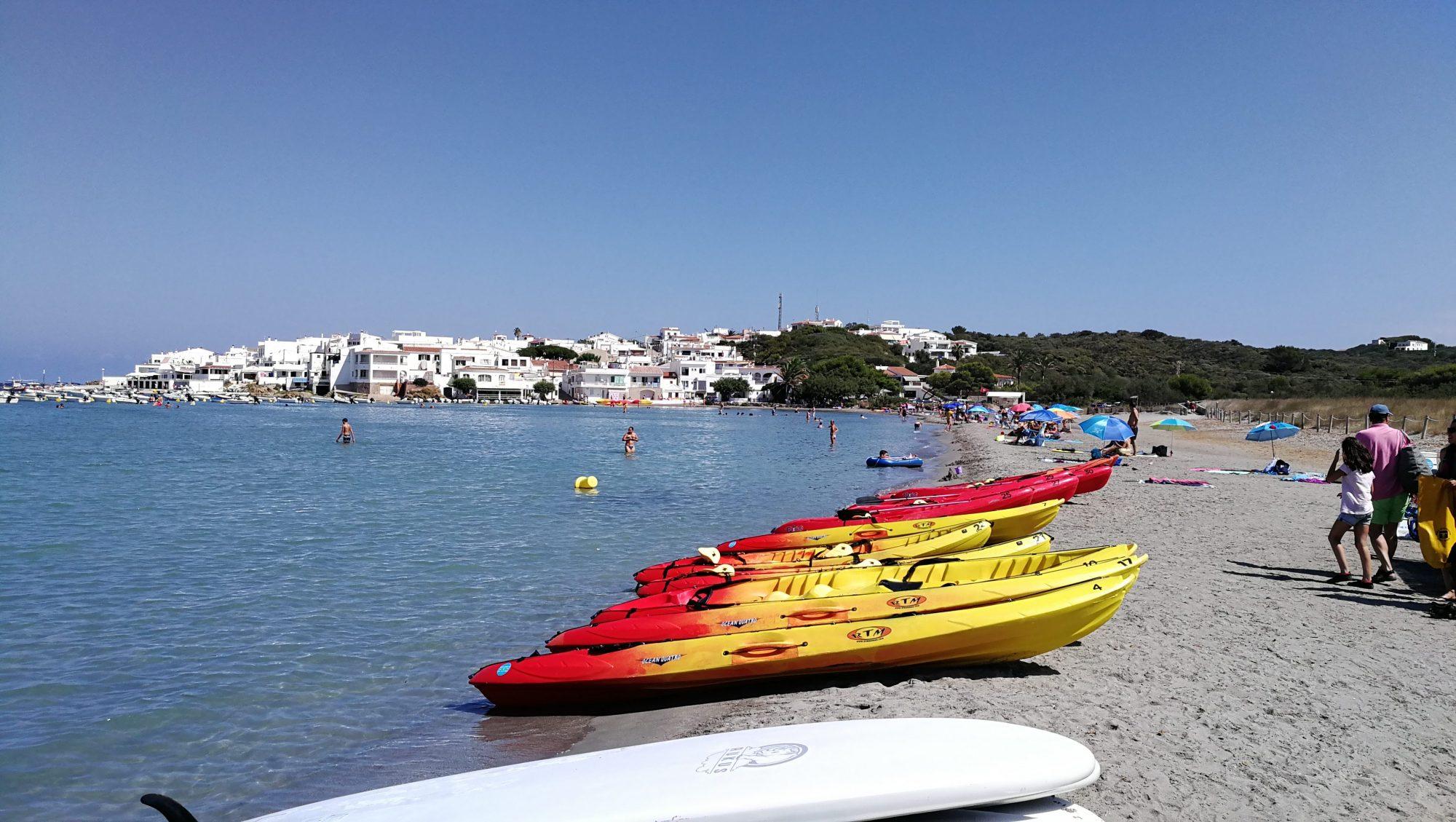 Playa de Es Grau familias numerosas en menorca